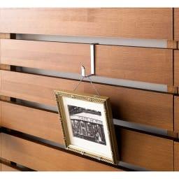 パイン天然木突っ張り式 デコレーション壁面ラック 幅60cm メッキ仕上げのフックもお好みの位置にセット可能、カバンや衣類もOKです。