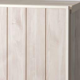 プチリノベーションキャビネット 3枚扉 (ア)ホワイト(木目) 前面は存在感のある、天然木調のスリットデザイン。