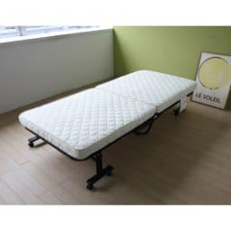 組立不要 立ち座りしやすい折りたたみベッド 普段は収納しておき、お客様用ベッドとしても重宝するコンパクトさ。様々な場面で活躍するベッドです。