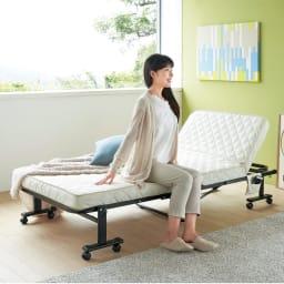 組立不要 立ち座りしやすい折りたたみベッド 毎日の立ち座りのしやすさを考え、マットレスの位置をやや高めにしました。