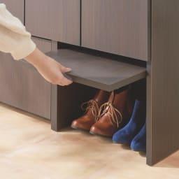 ちょい置きした靴を隠せるフラップ扉付きシューズボックス 飾り棚ハイ・幅89cm 開閉カンタン!持ち上げて奥へスライドさせることで普段は収納できるフラップ扉。パタンと閉めれば玄関スッキリ。※有効内寸高さ28cm