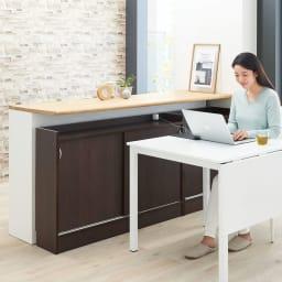 コンセント付き引き戸カウンター下収納庫 幅118cm奥行35cm 引き戸なので、ダイニングテーブル横の狭いスペースでも開閉可能。PCの作業もスムーズです。