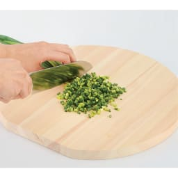 国産ひのきの丸型まな板(直径25cm/直径35cm) 奥行きがあるので、薬味などのみじん切りも周囲にこぼれにくい。
