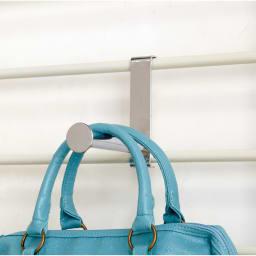 薄型突っ張りブティックハンガーラック ハイタイプ  幅65cm 引っ掛けるだけで手軽に高さ調節ができるフック付き。