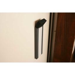 ワンアクション快適ドアストッパー 収納時はストッパー用脚部が本体に収まり、フラットな状態になります。