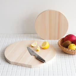 国産ひのきの丸型まな板(直径25cm/直径35cm) 自立する形状で立てて乾かせて衛生的です。スリムに収納も可能。