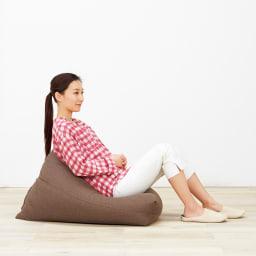 しっかり座れるコンパクトビーズクッション ポリエチレンと発泡ビーズを混合することで、柔らかすぎないハリ感を実現。しっかり座れてダメにしすぎないところがポイント。