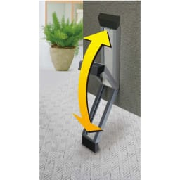 ワンアクション快適ドアストッパー ドアと床の間は12.5cmまで対応。ソフトなポリカーボネート素材が玄関の雰囲気に調和します。