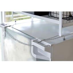 冷蔵庫上ラック 冷蔵庫背面の取っ手に固定できる、転倒防止チェーン付きで、安心して設置できます。
