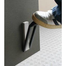 ワンアクション快適ドアストッパー ドアストップ時は、中心部はドアに付いたままで、周囲がストッパー用の脚部として下りてくる構造。