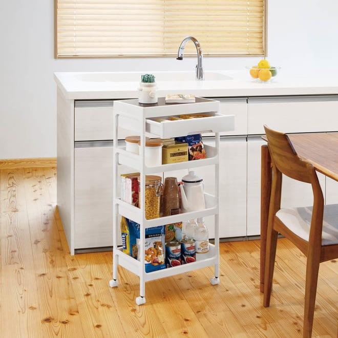 引き出し付きワゴン4段 収納効率をしっかり考えた構造。キッチンやサニタリールームなどの限られたスペースでも場所を取らず、たっぷり収納できます。