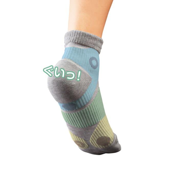 3点立ちサポーターソックス 3足組 (ア)グレー3足 足首の安定性とかかと周りをブレにくく。 足裏のアーチ(土踏まず)をサポート。 母趾球・小趾球をサポート&キープし、つま先を引き上げる。 ※色はイメージです。