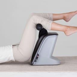 揺らして伸ばす 腰マッサージャー ライフアッププロ フットバーが8の字を描くように動き、腰周りの筋肉を揺動させて、ゆったりとほぐします。