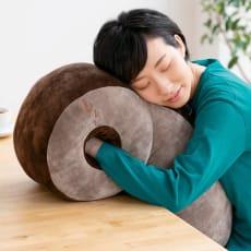 西川 おひるねピロー 抱き枕(きりん)