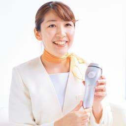 TBC 家庭用光美容器 ヒカリビューティ3PRO 【エステティシャン歴20年 TBCエステティシャン 甲斐彩子さん】 業務用と同等の光(波長)を採用していて、しかも熱さを感じにくいのが特長。これまで家庭用光美容器を敬遠なさっていた方にもぜひおすすめしたいです。 ※個人の感想です。