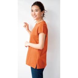 Hanes/ヘインズ 多機能ノースリーブTシャツ (イ)オレンジ コーディネート例 サイドスリット入り