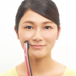 ミリオンスマイルターボ 1カ所1分!気になるところを時短ケア 化粧水やジェルで肌を保湿し、ヘッドを当てるだけ。 口元(口輪筋) もたつきがちな口角を持ちあげるように当てる。