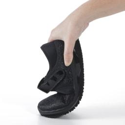ヌーディウォークパンプススニーカー 柔らかいから全方向によく曲がり、かかと→指の付け根→指先への体重移動がスムーズ。