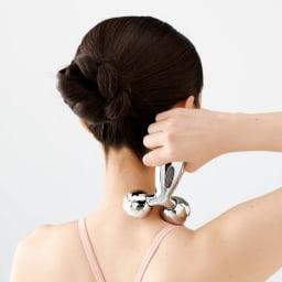 プラチナ電子ローラー(R) ReFa CARAT (リファカラット) ネックライン 逆さに持って首筋ローリング