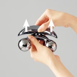 ReFa/リファ プラチナ電子ローラー(R) ReFa BODY (リファフォーボディ) ローラーの角度変更の際には軸を持ち、本体を引き上げながらカチッと音がするまで回します。
