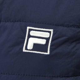 FILA 裏アルミプリント薄中綿ポケッタブルベスト 左胸には丁寧にロゴ刺しゅうを施しました。