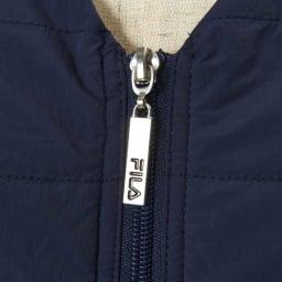 FILA 裏アルミプリント薄中綿ポケッタブルベスト ファスナー引手は持ちやすい大きさに。ロゴ入り。
