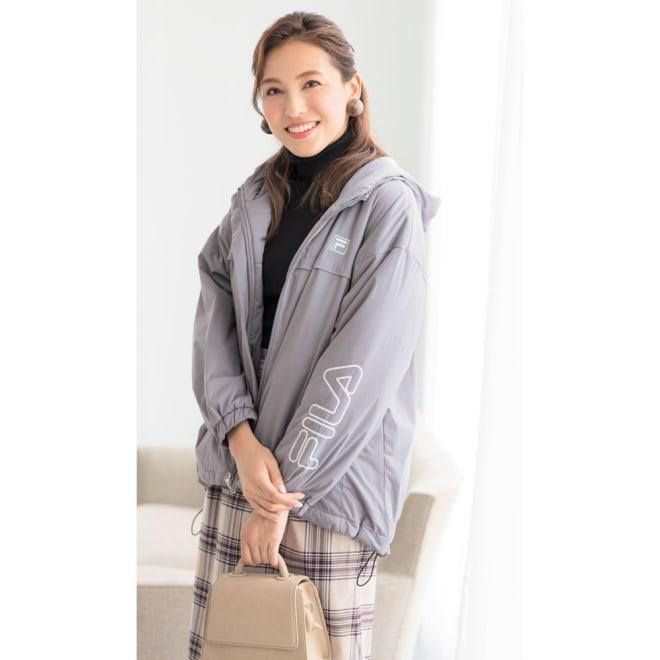 FILA 薄中綿の防風マルチブルゾン(はっ水・防風・UV) (イ)グレー コーディネート例 ストレッチ紐コードで裾を絞ることも可能。
