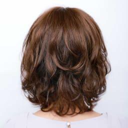 坂巻哲也ヘアコサージュ ナチュラルグレイスボブ バックイメージ 1本の毛束に大中小3つのカールをつけたゆるふわカールに。