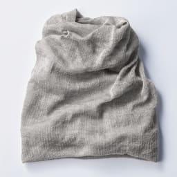 UVカットシルクシリーズ シルク100%UVネックカバー 少しずつねじりながら編み上げる「ねじり縫製」で、首下の方は広く、あご下の方は狭い富士山型にすることで、肩側はゆったりしつつ首周りはずり落ちないような、フィットする形に。