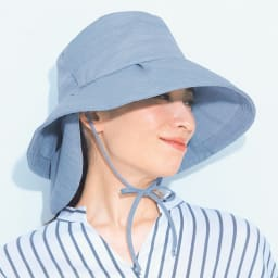 ベル・モード 風通る木陰の帽子(フェイスカバー付き) (イ)ブルー コーディネート例 後部のリボンをつばの両サイドの切り込みに通し、あごの下で結べば、帽子の飛ばされ防止に役立ちます。