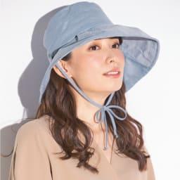 ベル・モード 風が通る木陰の帽子 (イ)ブルー コーディネート例 後部のリボンをつばの両サイドの切り込みに通し、あごの下で結べば、帽子の飛ばされ防止に役立ちます。