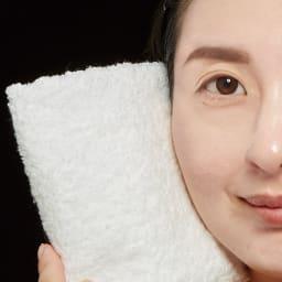 ミネラルカバー 薬用美白ファンデセラム 30g 皮脂・汗・水にも強い、ウォータープルーフ 本品を顔全体に塗った状態で、スチーマーに1分あて、顔全体に水気がたっぷりついた状態に。白いタオルで顔を拭いても、本品が落ちることなく、タオルは白いまま。