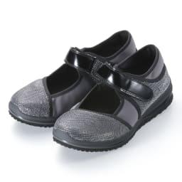 ヌーディウォークパンプススニーカー (イ)シルバー…足元がパッと華やかになるシルバーなら、フェミニンな装いにも合わせやすい。