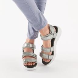 【ディノス50周年記念 先行発売】SLIM COACH/スリムコーチ 美脚エナメルサンダル (イ)シルバー コーディネート例 サンダルにも歩きやすいソールを採用 屈曲性に優れ、快適に歩ける「厚底ソール」をサンダルにも採用。美脚に見せながらラクに歩けます。
