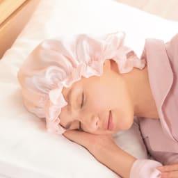 シルクおやすみナイト帽子 たっぷりのサイズ感で髪の毛を包み込みます。