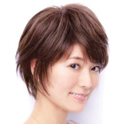 坂巻哲也ヘアコサージュ エレガントショート 耳をチラ見せすると、フェイスラインをカバーして可愛らしい印象に。