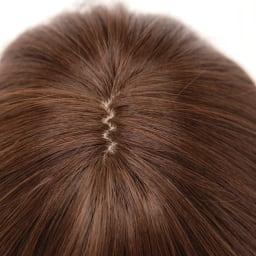 坂巻哲也ヘアコサージュ エレガントショート 肌色を再現した人口地肌を頭頂部に入れ、生え際は直接ではなく交互に植え込むことで自然な仕上りに