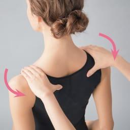 姿勢インストラクター エレガントシェイプコア 【肩甲骨周りを寄せると胸が開き美姿勢に】 鎖骨から背中でクロスするたすき構造のベルトが、肩と腕をスーッと後ろに導き、姿勢を美しくしてくれます。 ※イメージ図
