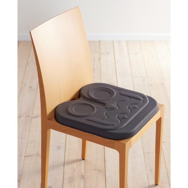 EXGEL/エクスジェル アウルカンフィ(クッション) 普段使いの椅子の上に ※カバーなしで撮影しています。 ※お届けの色はブラウンです。
