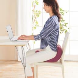 柔ら美人 開脚ベターイージースリム 【ただ座るだけ※でもOK ピーンと整った美姿勢に】 骨盤周りが立つようにサポートするので、床の上だけでなくソファや椅子の上で使用しても自然と美しい姿勢をキープ。 ※使用方法