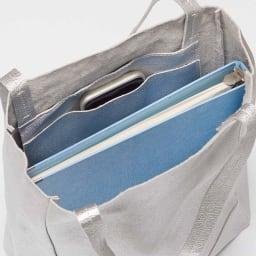 AQUALEATHER(R)/アクアレザー 洗えるたて型トートbag B4サイズが縦型にすっぽり。スマホなどを入れるポケットもあり。