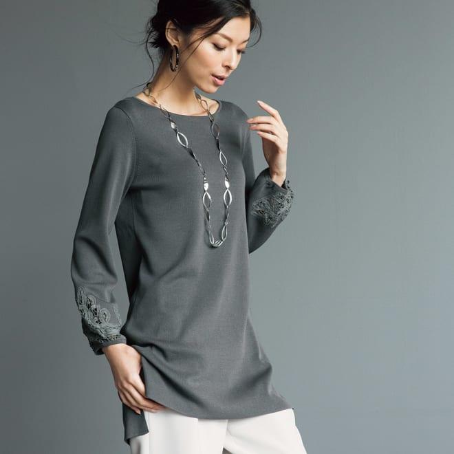 総針編み バテンレース 刺繍 ニットチュニック (ア)チャコールグレー 着用例