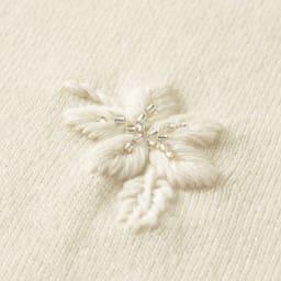 イタリア糸 フラワー刺繍 ニットプルオーバー (ア)オフホワイト 生地アップ /オフホワイトにはクリアー×シルバーのビーズを使用。