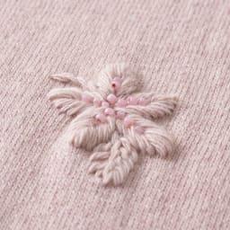 イタリア糸 フラワー刺繍 ニットプルオーバー (イ)モーヴビンク 生地アップ /モーヴピンクにはピンクのビーズを使用。
