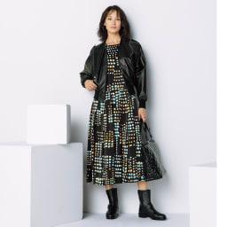 シンセティックレザー ドルマンスリーブ ブルゾン コーディネート例 /アートなプリントワンピースに羽織り、艶やかなボンディング素材のバッグとエンジニア風ブーツを合わせ、大人のカジュアルミックススタイルに。