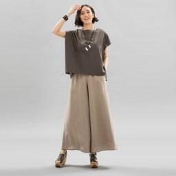 コンパクトコットン タック使い フレンチスリーブ Tシャツ (ウ)グレイッシュブラウン コーディネート例