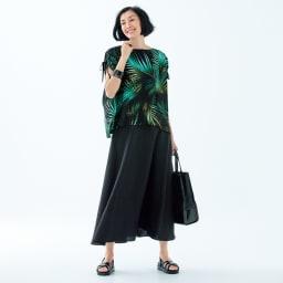 トロピカルプリント ギャザーデザイン Tブラウス コーディネート例 /色鮮やかな柄、女性らしい着丈バランスを楽しめる着こなし。