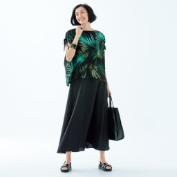 リネン混 フレアー ロングスカート コーディネート例 /色鮮やかな柄、女性らしい着丈バランスを楽しめる着こなし。