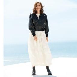 シンセティックレザー ドルマンスリーブ ブルゾン コーディネート例 /感度の高さをアピールできる、レザー調ブルゾン×ふんわりスカートの甘辛ミックスコーディネート。