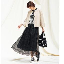 幾何学柄 レース ギャザースカート コーディネート例 /ジャケットのレザーとスカートのレースとの素材コントラストは、眩い春の陰影のようです。バッグの大きな格子柄が利いています。